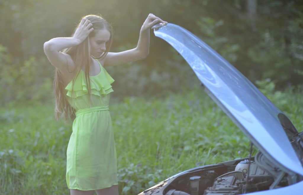 車が故障して困る女性