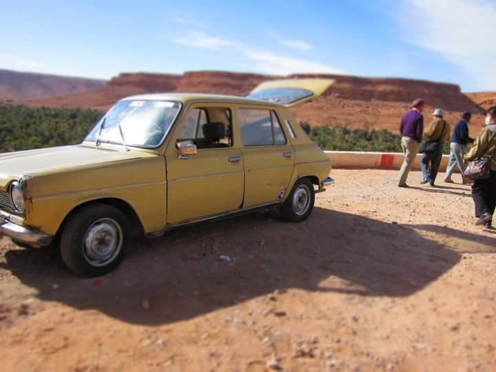 砂漠の古い車