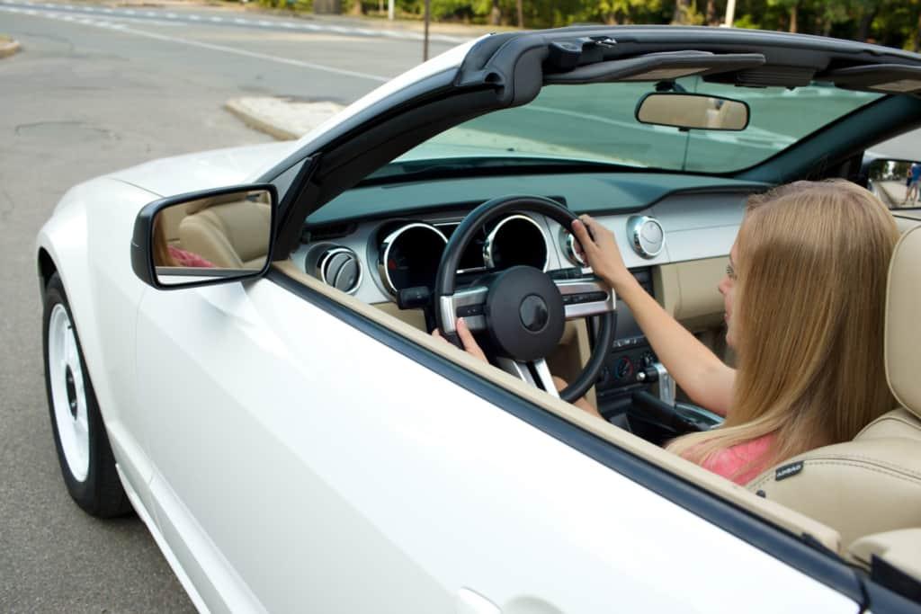慣らし運転をする女性