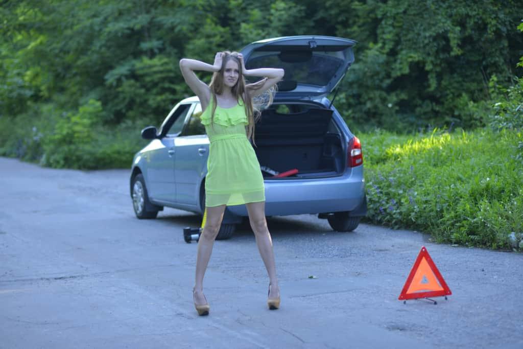 車の故障にあった女性