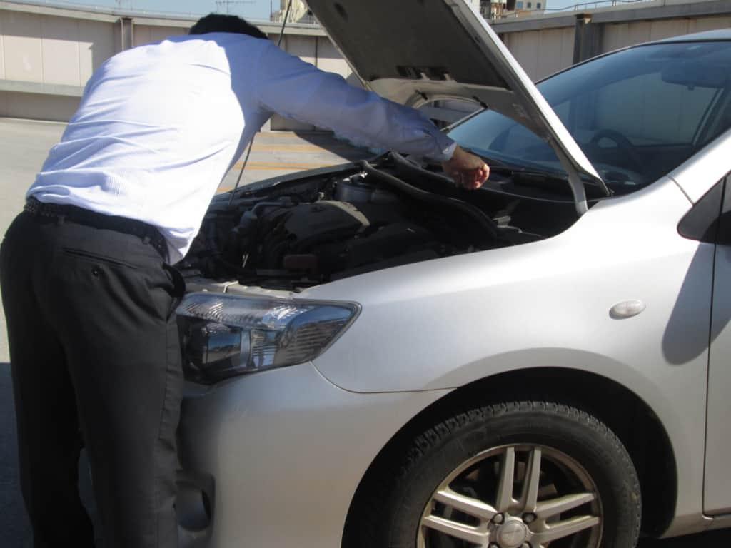 エンジンを修理する人