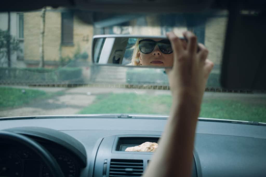 鏡を調整する女性