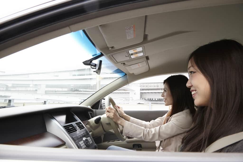 楽しく運転する女性たち