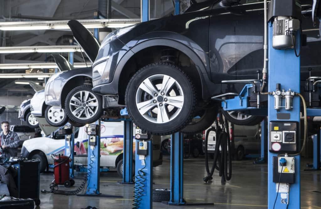 車がたくさん作られている工場
