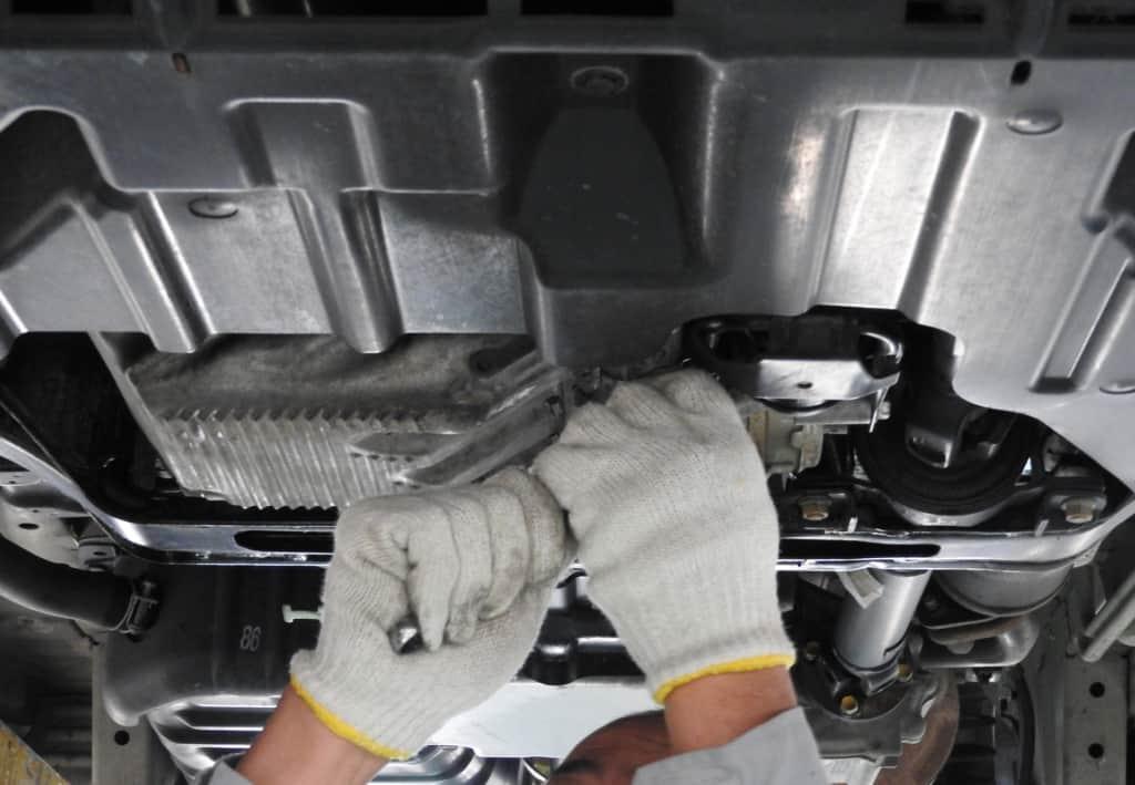 車の修理している画像