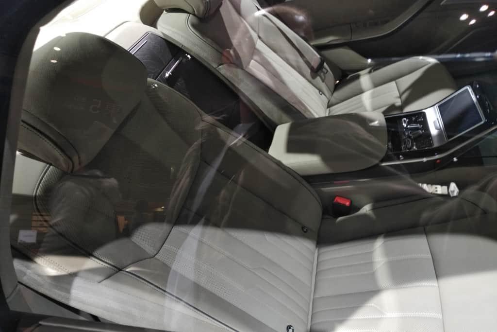 アウディA8の後部座席