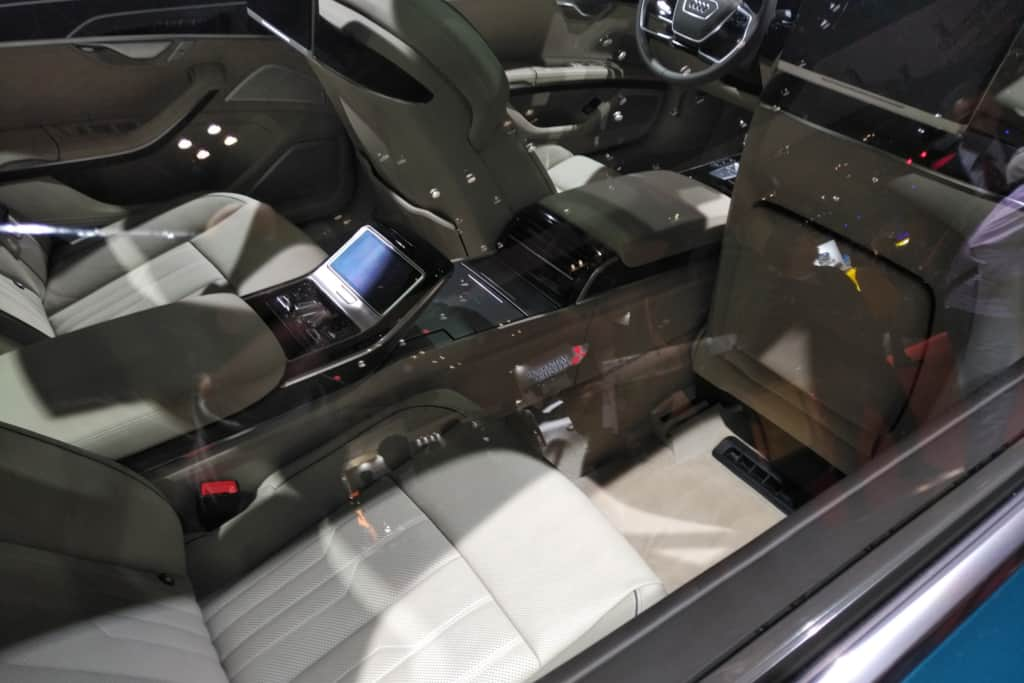 アウディA8の後部座席の足元