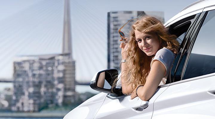 BMWに乗る女性