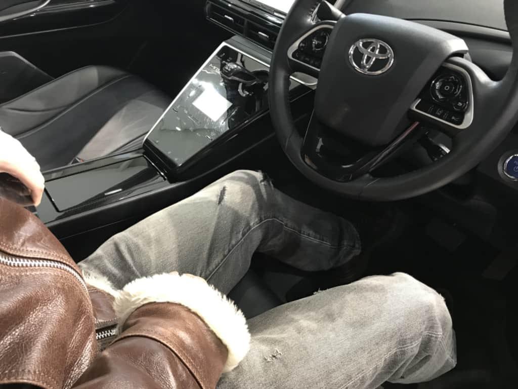 ミライの運転席の足元
