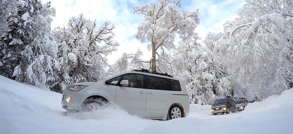 雪道を走るデリカD:5