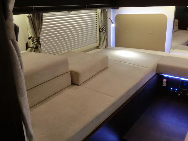 ボーダーバンクスエボリューションのキングサイズのベッド