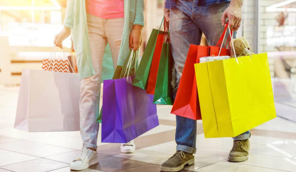 ショッピングするカップル