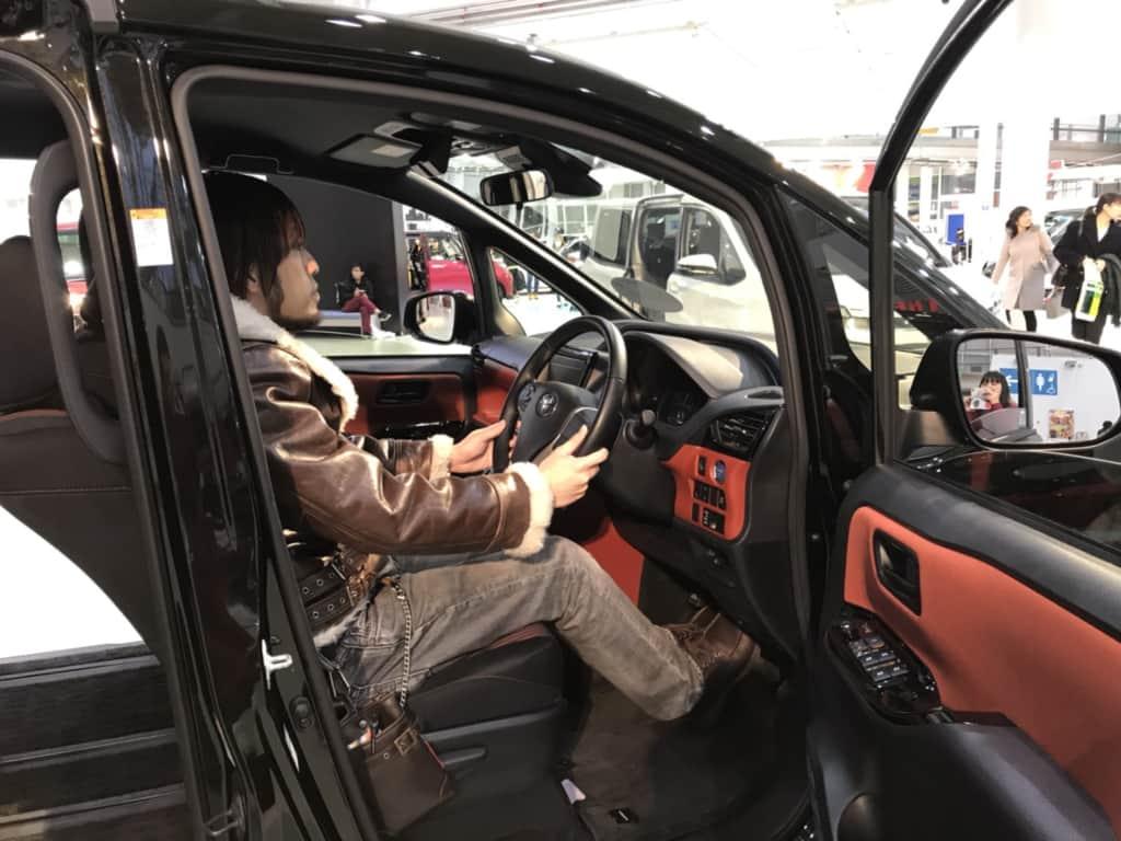 ヴォクシーの運転席
