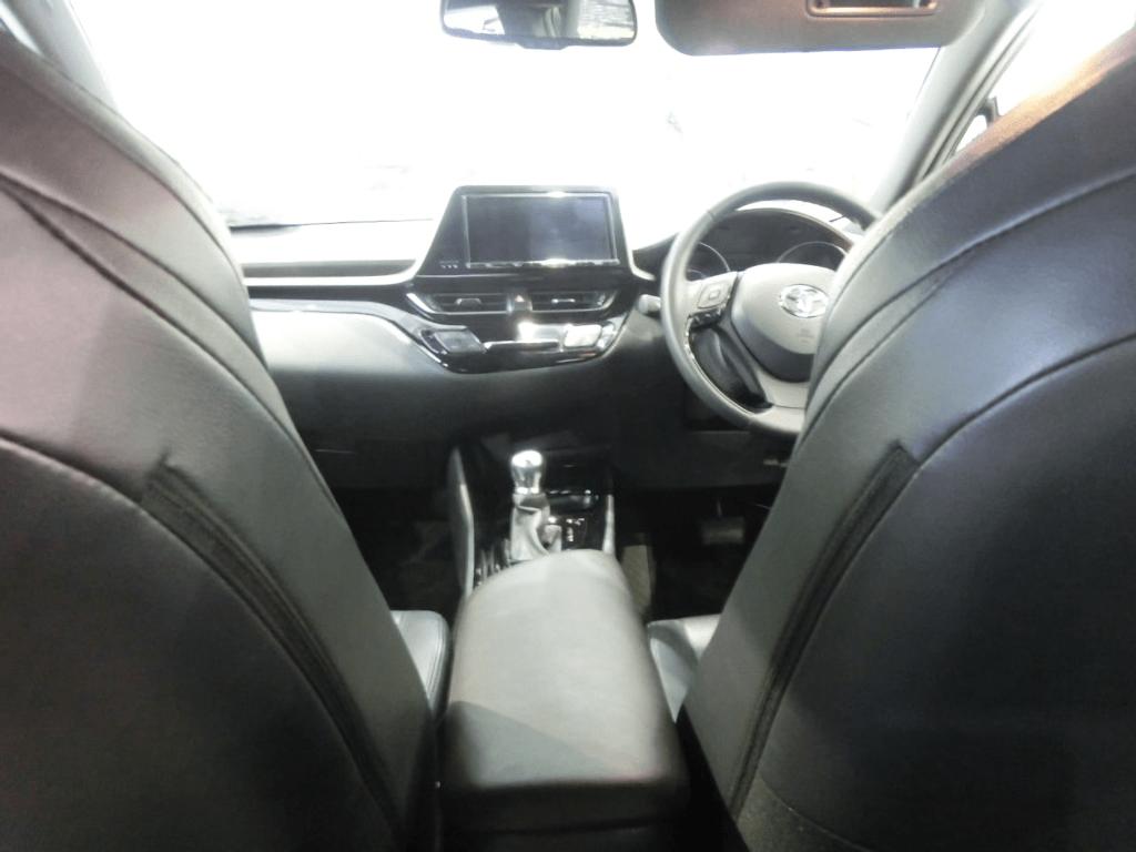 C-HRの後部座席からのコックピット