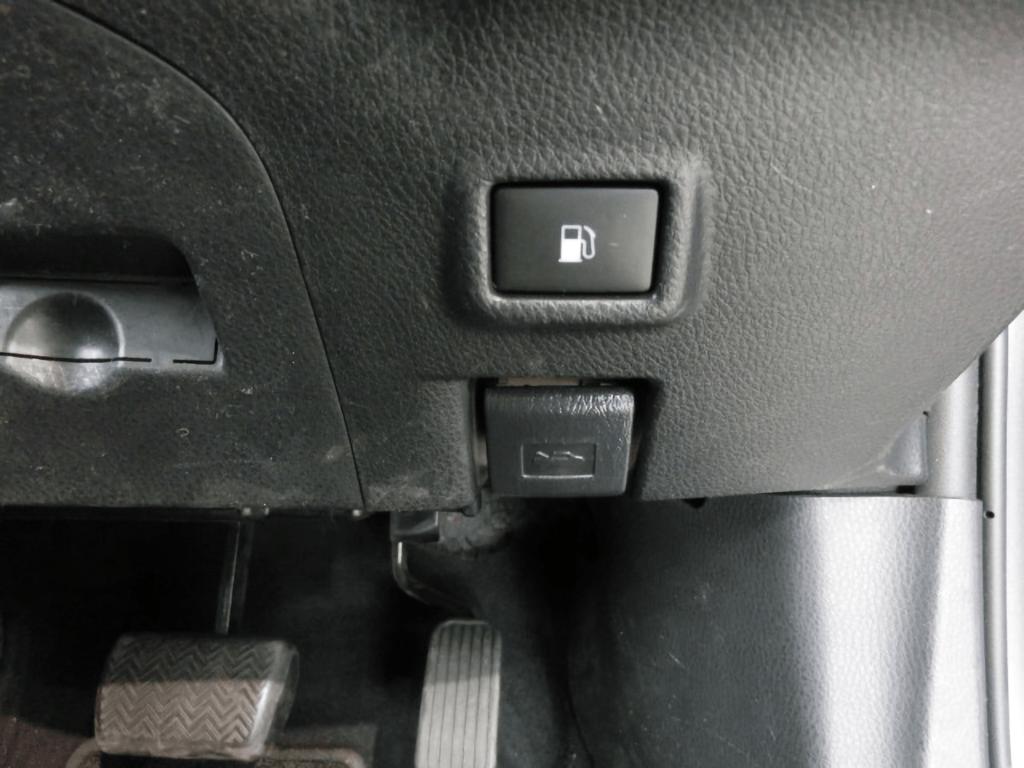 C-HRのボンネット解除スイッチ