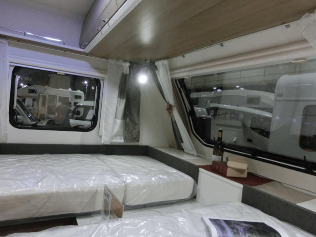 キャンピングトレーラーのベッドと窓