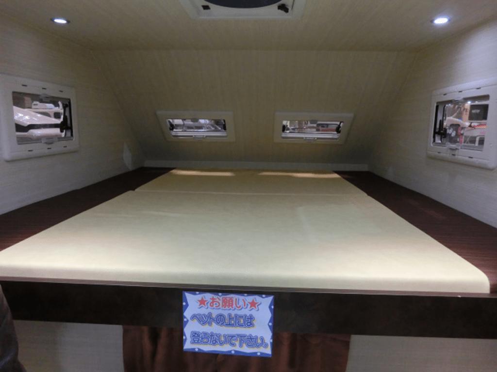 キャンピングカーのベッド