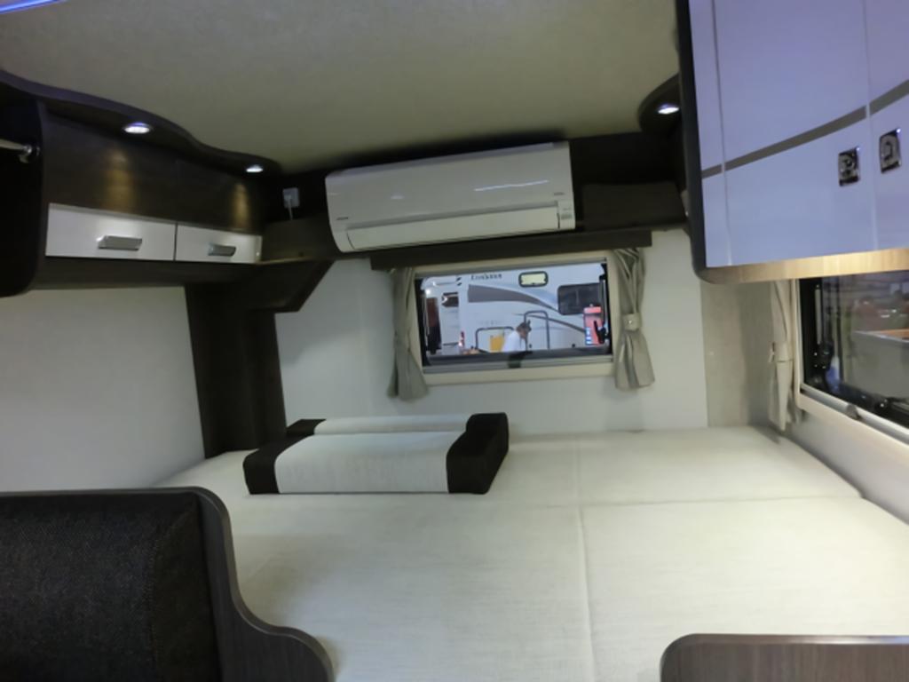 キャンピングカーのベッドとエアコン