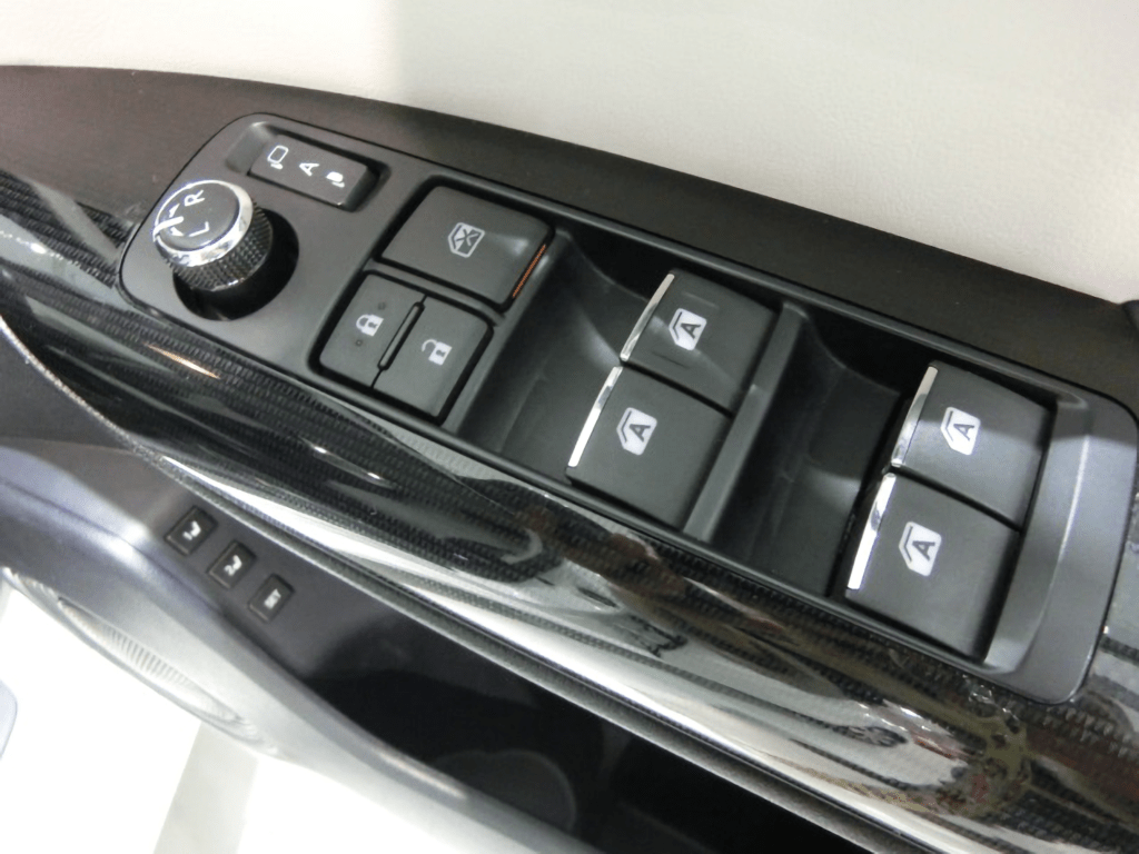 MIRAIの運転席ドアのスイッチ