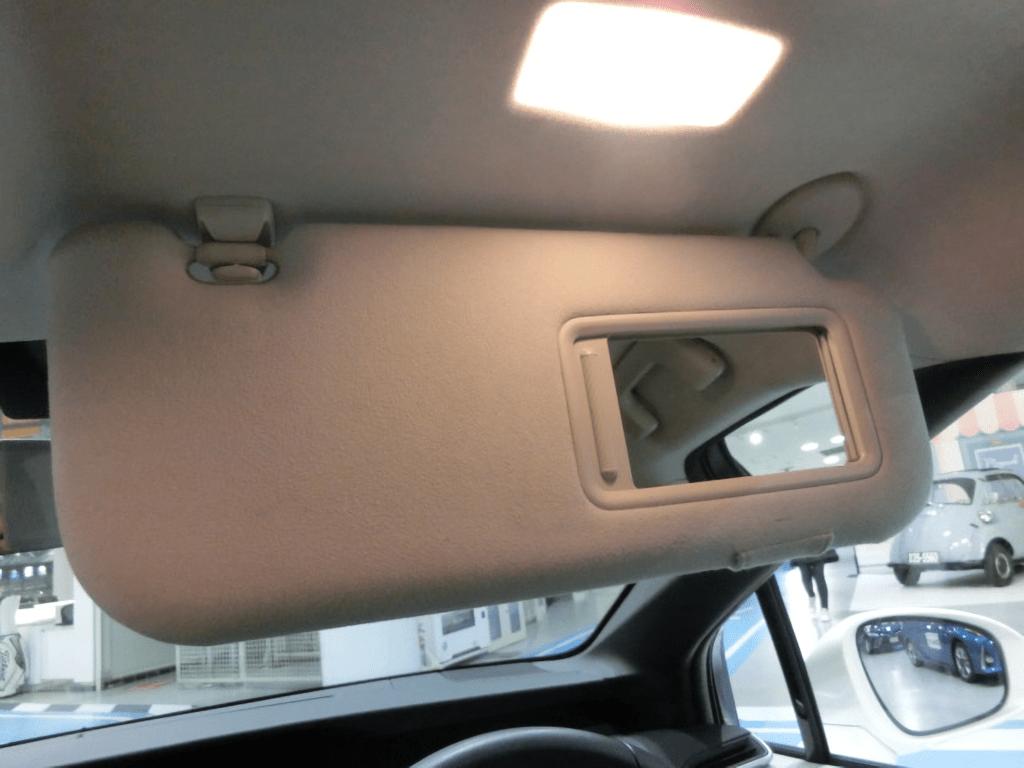 MIRAIの運転席側のミラーのライト