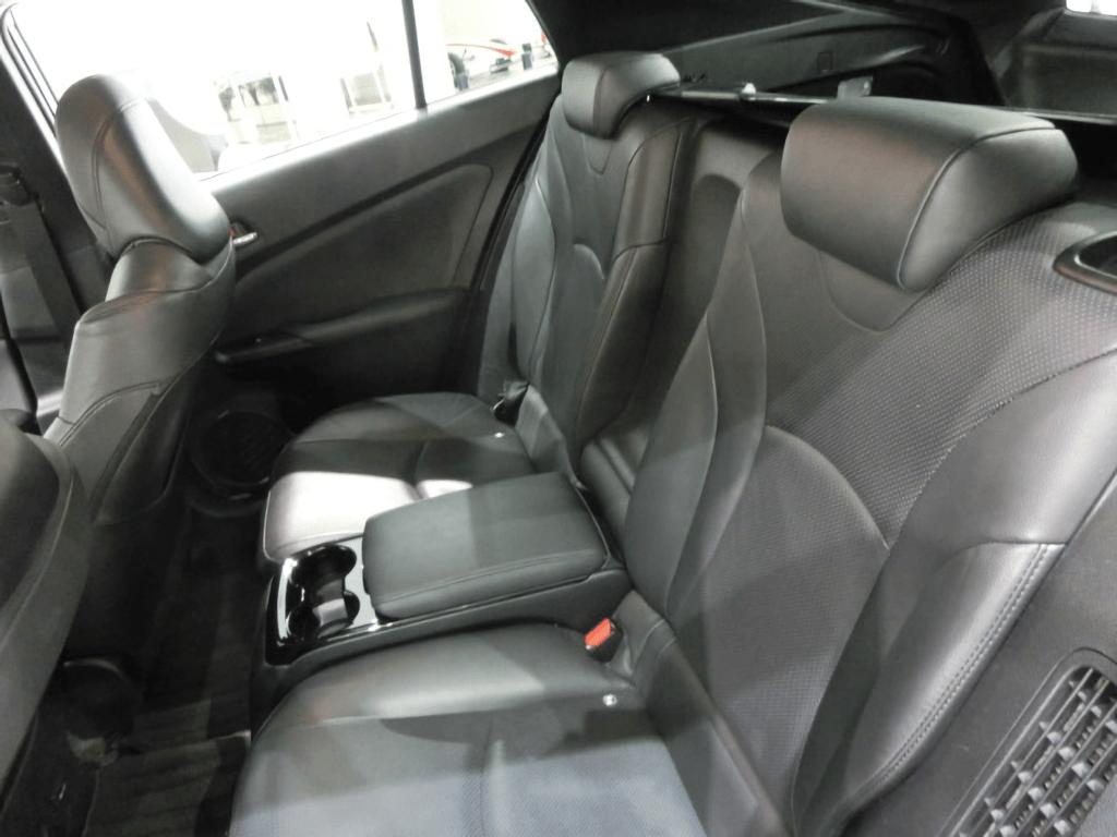 プリウスPHVの後部座席