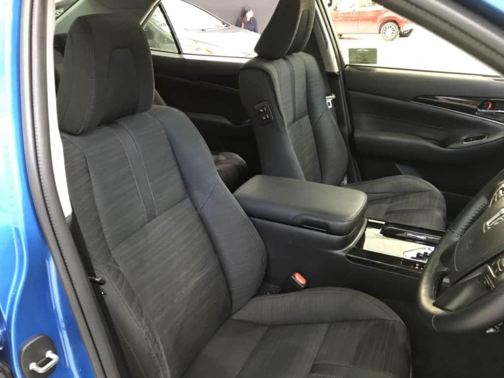 クラウンアスリートの運転席側の前部座席