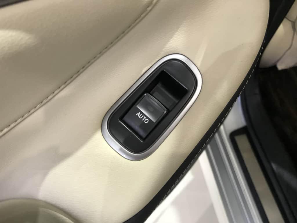 クラウンロイヤルの後部座席ドアのパワーウィンドウスイッチ