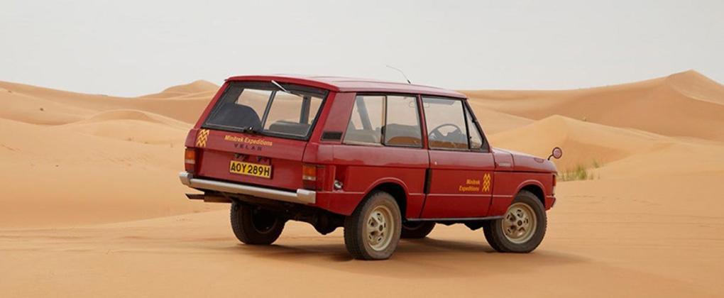 砂漠のレンジローバー