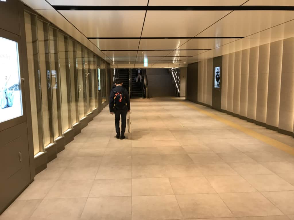 レクサスミーツのアクセス 駅構内