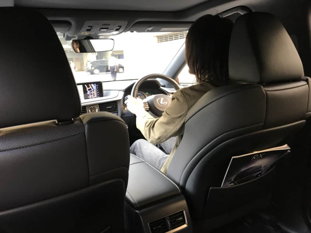 レクサスRXの後方からの運転席