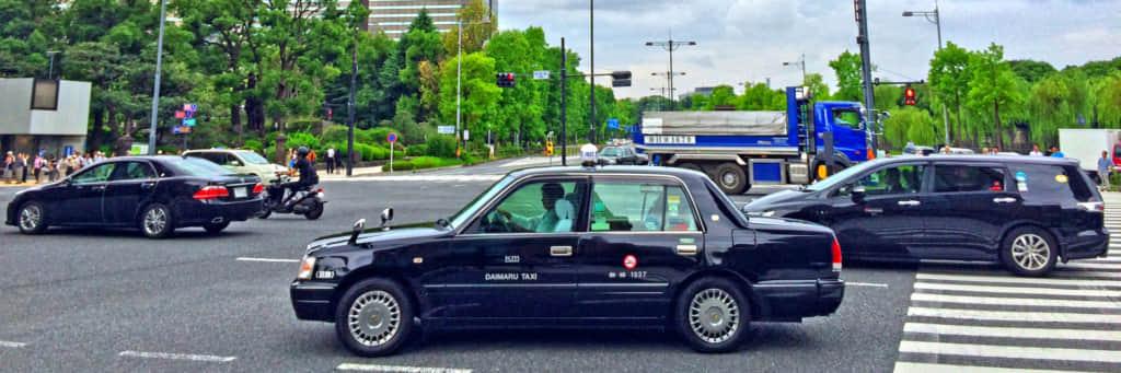 走っているタクシー