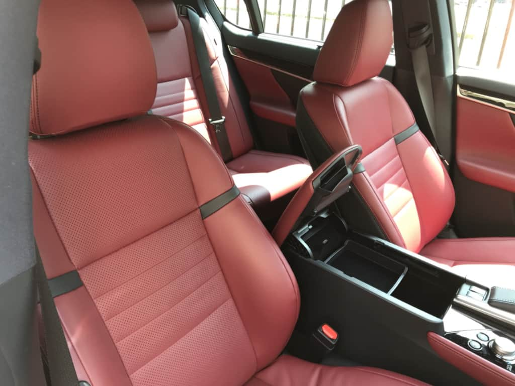 レクサスGSの運転席ドア側から見た、前部座席