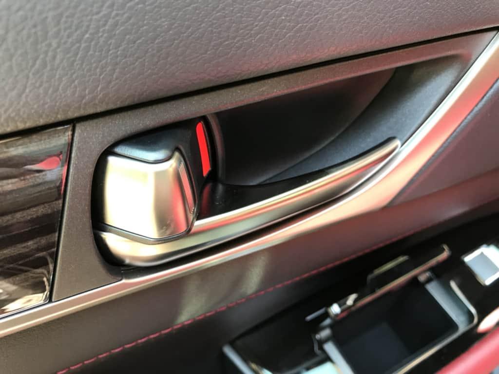 レクサスGSの後部座席ドアのインナーハンドル