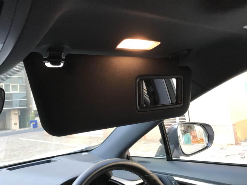 レクサスRXの運転席側のサンバイザーのミラーとライト