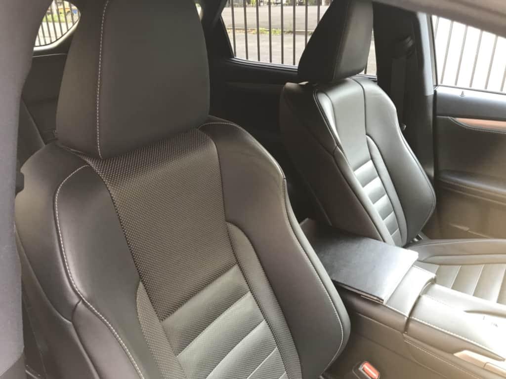 レクサスRXの運転席ドア側から見た前部座席
