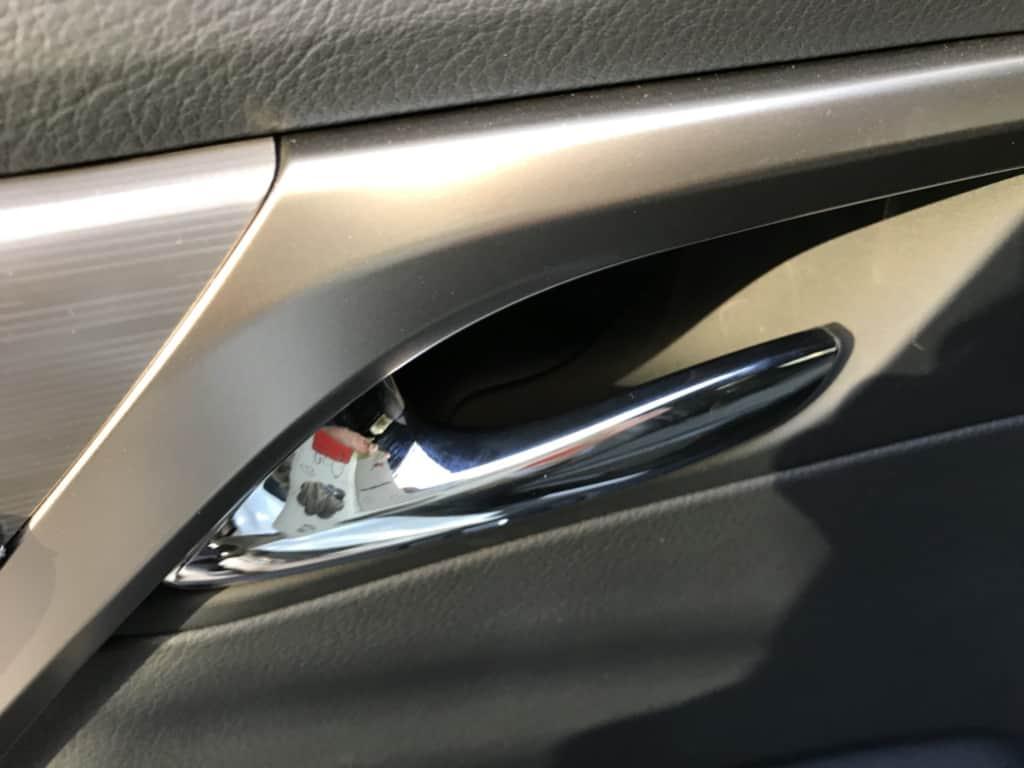 レクサスRXの後部座席ドアのインナーハンドル