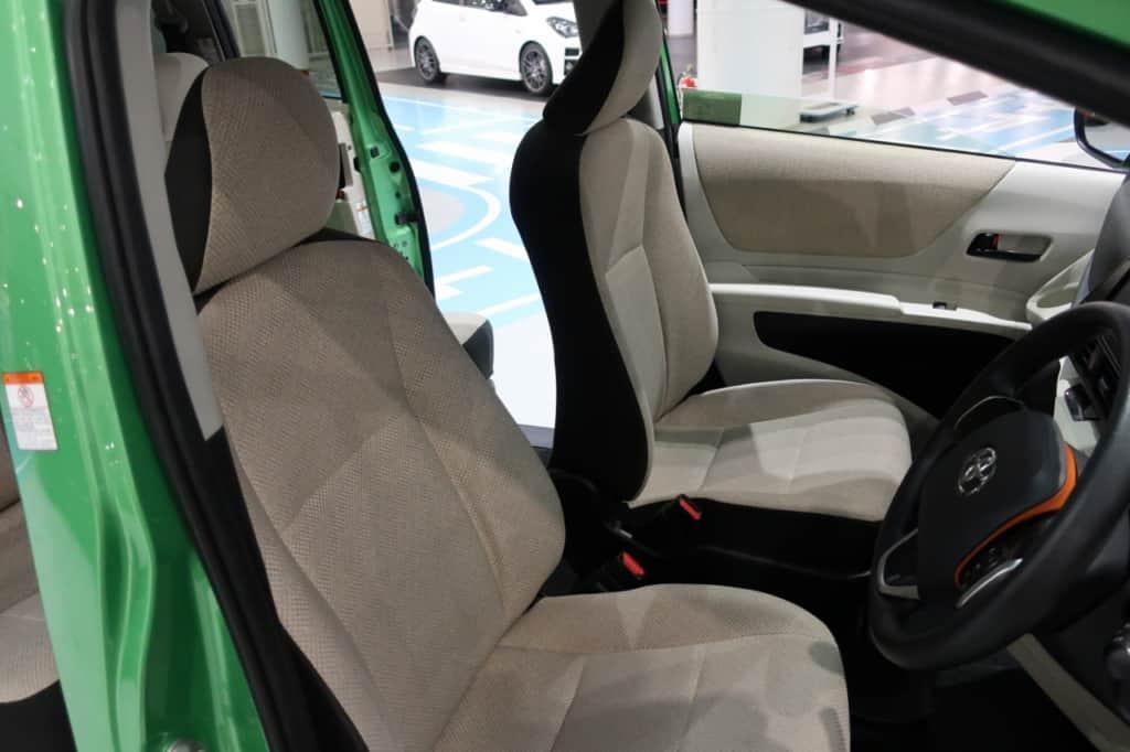 シエンタの運転席ドア側から見た前部座席