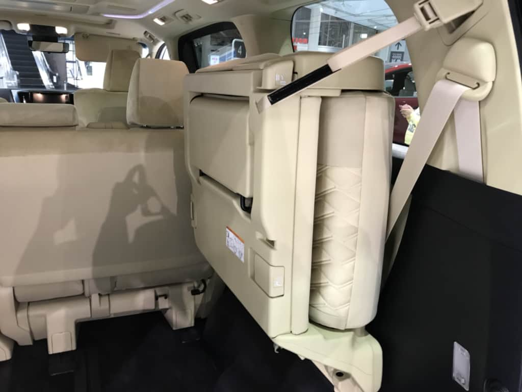 ヴェルファイアの右側サードシートを折りたたんだ状態