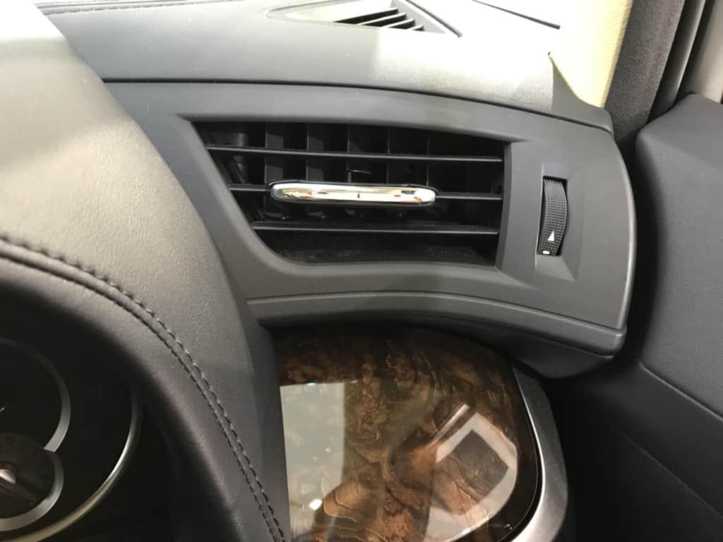 ヴェルファイアの運転席窓側のエアコン吹き出し口