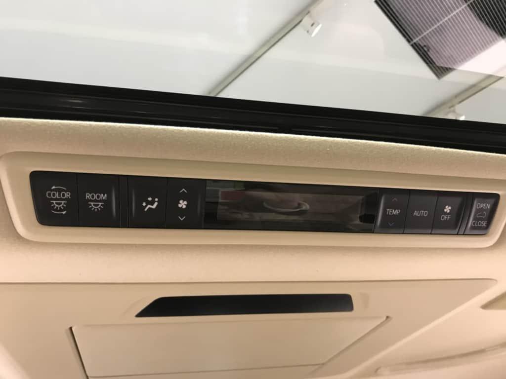 ヴェルファイアのセカンドシートのエアコン操作パネル