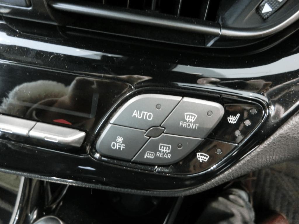C-HRの右側エアコン操作スイッチ
