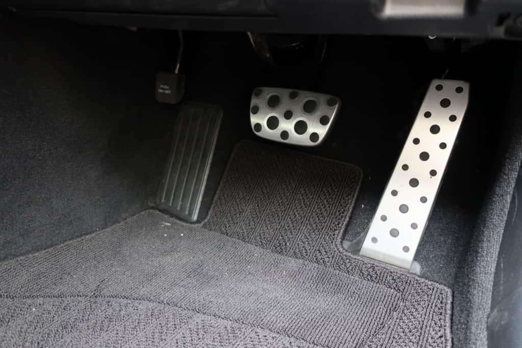 レクサスISのアクセルペダル、ブレーキ、パーキングブレーキペダル