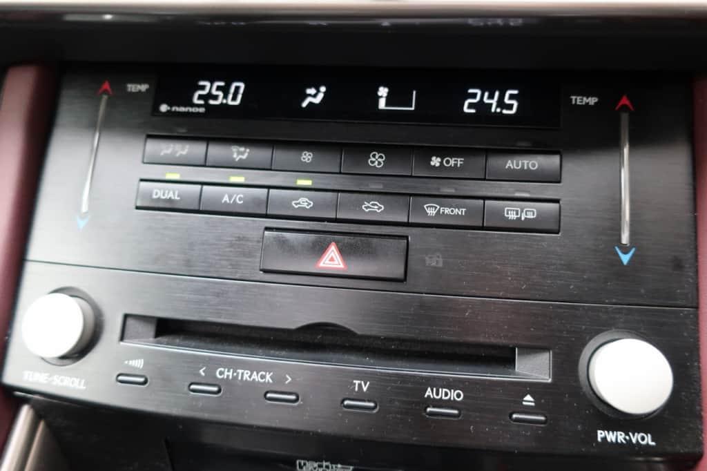 レクサスISのエアコン操作パネル