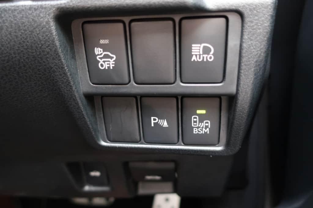 レクサスISの車両接近通報一時停止、バックソナー、オートマチックハイビーム、ブラインドスポットモニタースイッチ