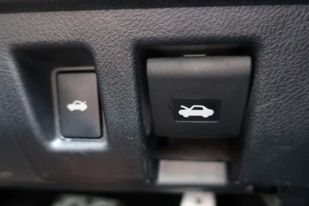 レクサスISのトランクオープン、ボンネットロック解除スイッチ