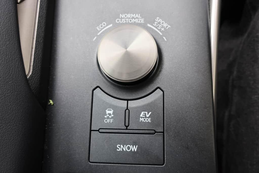 レクサスISのドライブモード切り替え、VSCオフ、EVドライブモード、スノーモードスイッチ