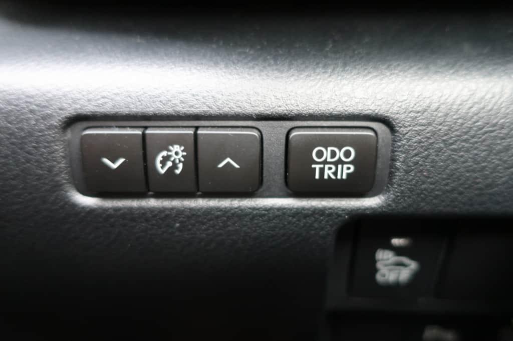 レクサスISのインストルメントパネル照度、オドメーター/トリップメーター表示切り替えスイッチ