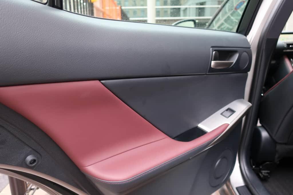 レクサスISの後部座席のドアトリム