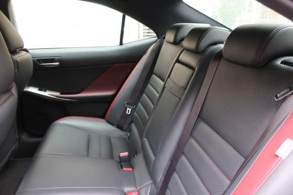 レクサスISの後部ドア側から見た後部座席
