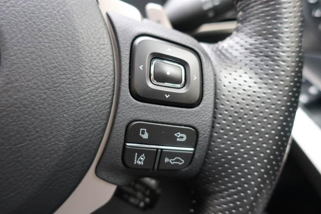 レクサスISのハンドル右側のステアリングスイッチ